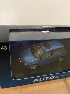 1/43 VW Golf 2003. AutoArt