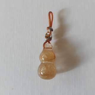 Amber Rutilated quartz. Gourd shape pendant. Crystal lenght 22mm.