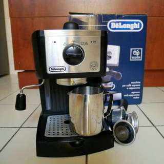 Delonghi Coffee Machine + Milk Foam Mug