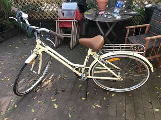 Beige cruiser bicycle