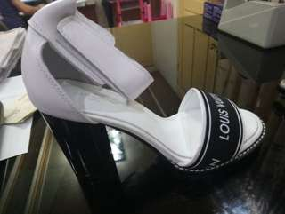 ONHAND LOUIS VUITTON WHITE PUMPS SIZE 9
