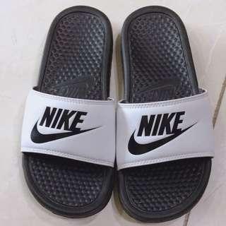Nike 黑白拖鞋