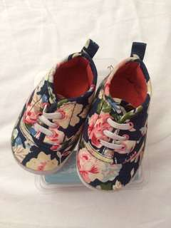 Crib couture soft-soled shoes