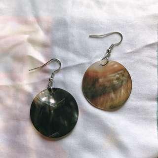 深灰色天然貝殼耳環