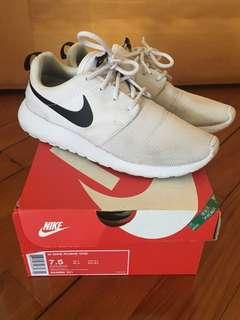 正版 Nike白色女裝波鞋,已穿著過的,但鞋踭冇損,Size:24.5cm(7.5號)。注意:可先入數之後順豐到付