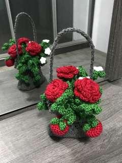 Apples , roses in a grey bag or basket ¿?