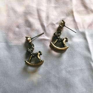 立體古銅色木馬耳環