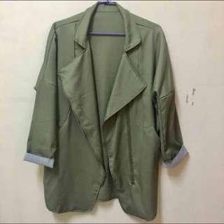軍綠翻領外套