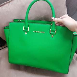 Michael kors bag 98% new  size Large