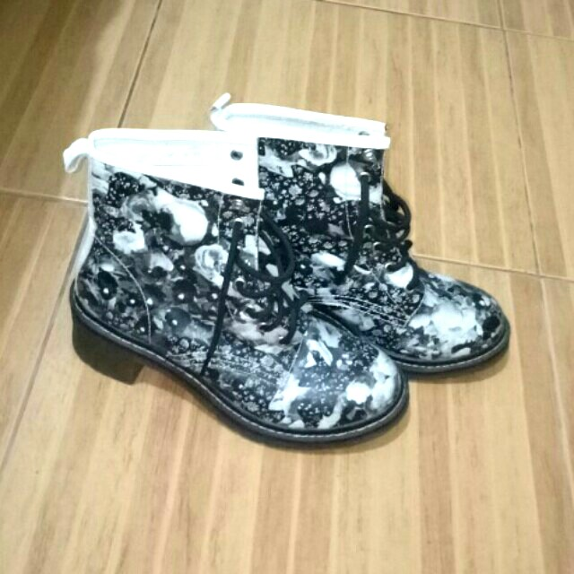 Boots with floral print