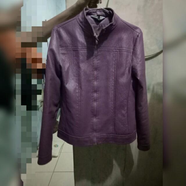 Jaket kulit ungu muda size L masih bagus kayak baru lho. Net ya