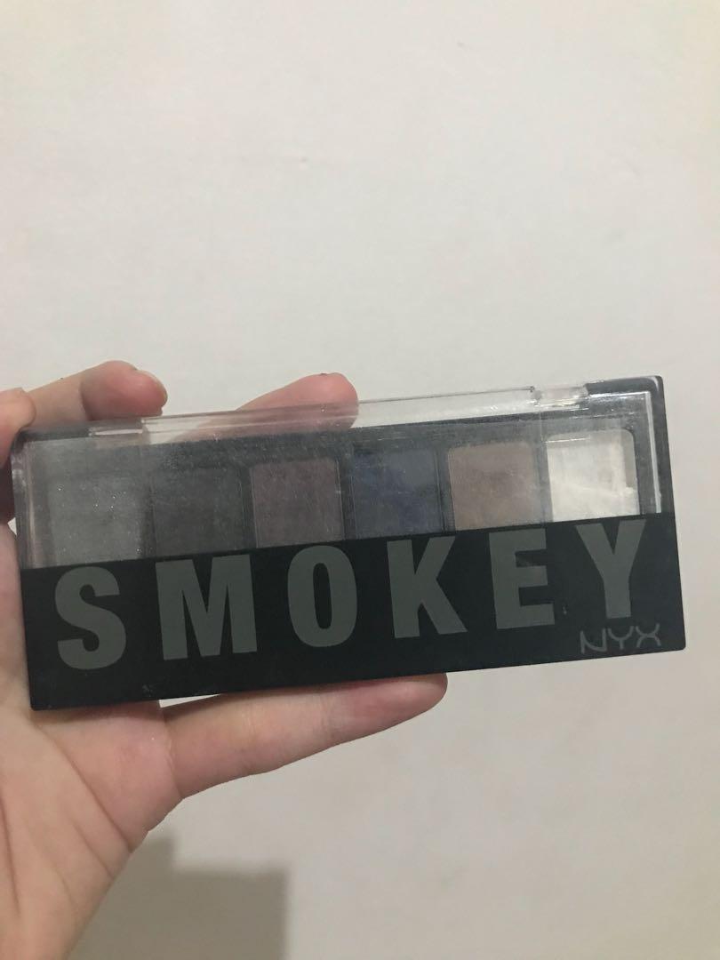 NYX Smokey eyeshadow pallette