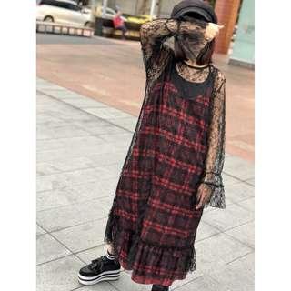 『正韓~簍空蕾絲內搭外穿喇叭袖寬鬆魚尾洋裝。黑 白2色』