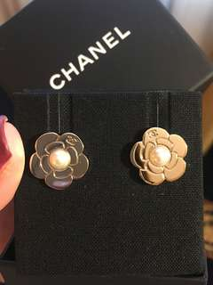 ‼️Hold ‼️ Chanel gold flower X pearl pierced earrings