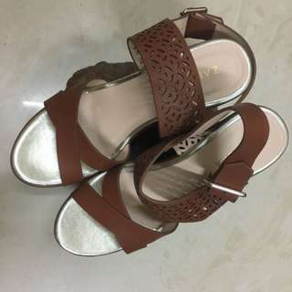 Zalora。雕花鍥型鞋