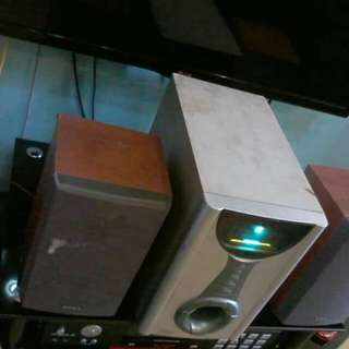 Speaker set with subwoofer and 2 speakers