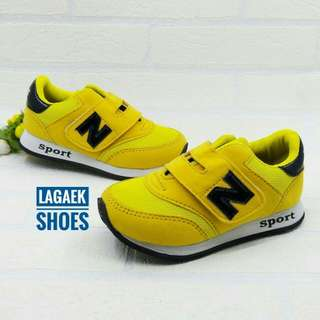 Sepatu Sport Anak Laki Laki perekat velcro kuning simple