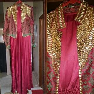 Dress merah untuk acara formal