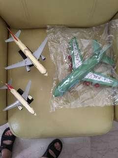 Aeroplanes Qantas VH-TJE, TransAsia 822301, KAL HL7477
