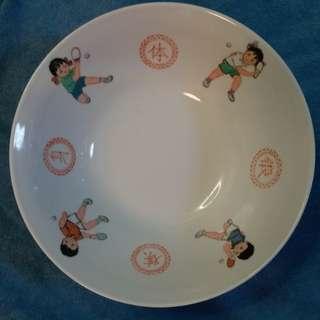 紀念71年乒乓外交23公分特大湯碗。 4個兒童打乒乓和鍛煉身体四字沒有掉色,品相極美。 此大湯碗市場日漸稀少,大型瓷器是乒乓外交收藏品首選之列。