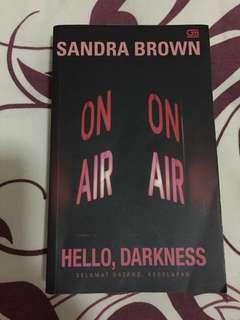 """Novel karya Sandra brown (terjemahan bahasa indonesia), harga baru di toko 88 rb. Judul """"Hello Darkness"""""""