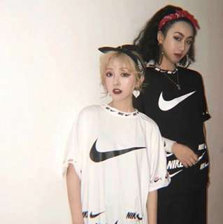 Nike logo tee in blk or white
