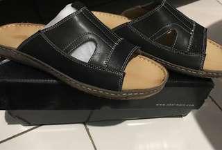 Obermain. Mens sandal. Sz 44 black/khaki. Original