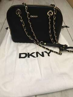 DKNY Bryant Park Saffiano Small Round Crossbody 袋