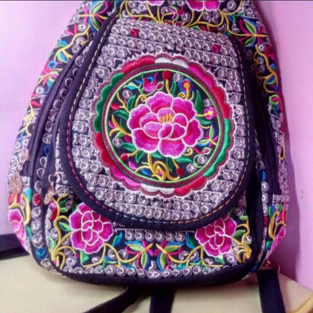 張家界特色民族風刺繡帆布後背包