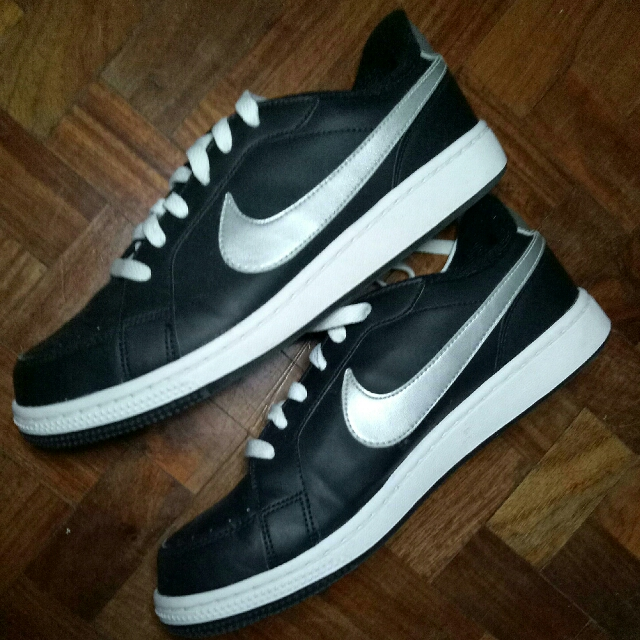 AUTHENTIC NIKE BRAND NEW Sneakers shoes Black skin, White sole & Silver hints colorway