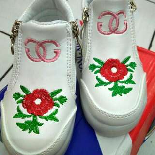 Baby shoes with zipper