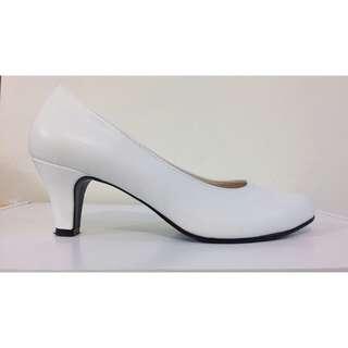 白色中跟鞋