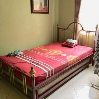 Tempat tidur + meja rias dan kursi