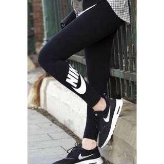 ✅《現貨供應中‼️》🉐️ NIKE LEG-A-SEE LOGO 黑色女款健身運動瑜珈緊身打底褲。