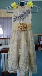 Dress pesta anak warna Gold ..dipakai cuma satu kali saja untuk acara kawinan