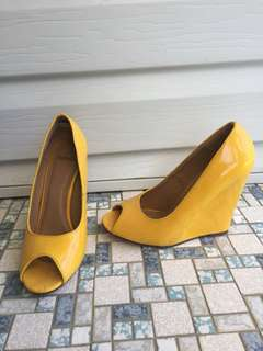 Size 5 yellow wedged heels from novo