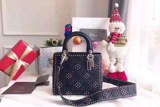 Dior迪奧 💥💥Lady Dior」最新款.小牛皮柔軟手提包,熱印藤格和綴以飾釘花朵圖案,搭配復古銀色金屬「D.I.O.R」吊飾,完美展現迪奧女裝創意總監瑪麗亞•嘉茜婭•蔻麗的靈感創意🎉🎉尺寸:24-20-11