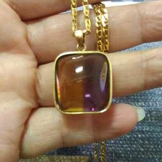 這個紫黃金項鍊,真的有夠漂亮的,不但非常的大顆約30克拉,顏色還非常漂亮,旁邊還是k金包鑲,再配上義大利k金項鍊,戴起來真的很好看喔!總重4.7錢。