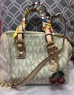 Authentic Michael Kors Grayson slighty flaw the handle little scratches and the serial lost with free twilly high end &coach cherry charm