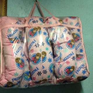 Baby comforter with pilows