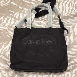 Calvin Klein 斜背包