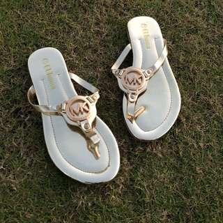 歐美金色夾腳涼鞋 顯白