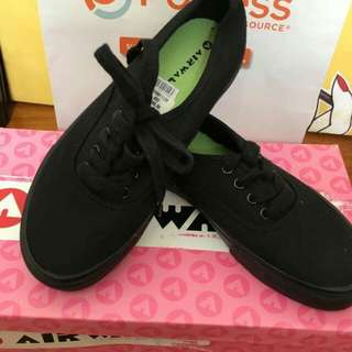 SALE!Airwalk by PAYLESS Sneakers!!size:5 1/2