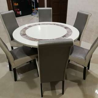 6 seater dining table (Almost new)