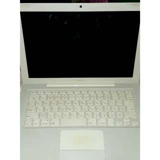 Apple MacBook 13-inch Laptop (Intel Core 2 Duo 2 GHz, 2 GB RAM, 120 GB HDD, Nvidia GeForce 9400M, OS X) - White - 2009