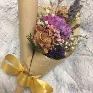 乾燥玫瑰小花束。乾燥花