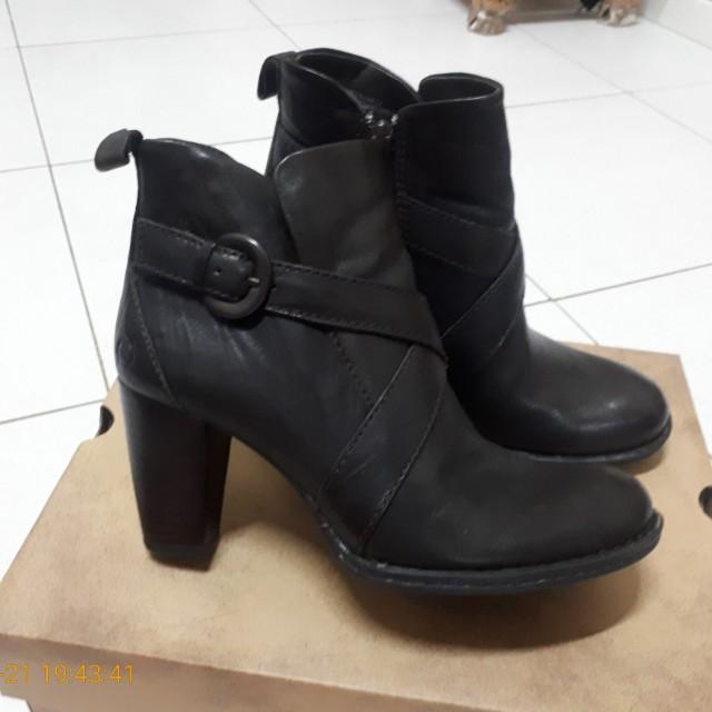 Born靴子
