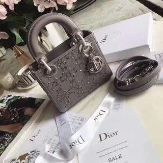 Dior爆款原單🔥「Diorama」【植絨燙鑽系列】💐絲綢布料植絨燙鑽💐佈局有致的圖案,新潮時尚,是全新Dior👗女性世界不可或缺的配飾。✨✨此款Diorama翻蓋式小手提包點綴閃閃發亮的水鑽,更顯精緻典雅。尺寸:17cm