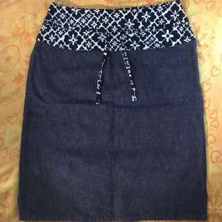 Moschino Jeans二手黑灰色上綴花朵側邊拉鍊丹寧布料膝上裙