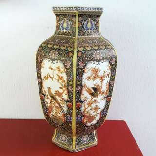 Old Porcelain Vase 老陶瓷花瓶